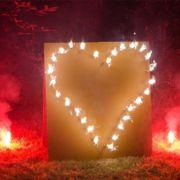Lichterbild Brennendes Herz mit roten Bengalfeuern