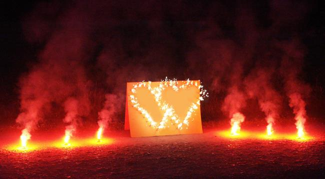 Lichterbild Brennendes Doppelherz mit rotem Bengalfeuer Feuerwerk Feuerbild Geschenkidee Geburtstag Goldene Hochzeit Jubiläum Verlobung