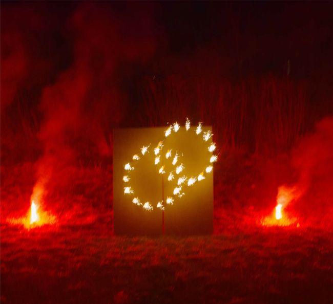 Lichterbild Brennende Ringe mit rotem Bengalfeuer Geschenkidee Hochzeit Verlobung Heiratsantrag Goldene Hochzeit Jubiläum