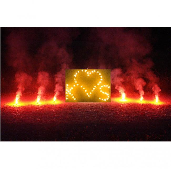 Lichterbild Brennendes Herz zwei Buchstaben und rotem Bengalfeuer Lichterbilder Feuerwerk Feuerbild Geschenkidee Hochzeit Verlobung Heiratsantrag
